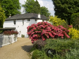 Charming B&B in the heart of Tunbridge Wells, Kent. Secluded private driveway to Studley Cottage. A pretty location in a tranquil conservation area within walking distance of Tunbridge Wells town centre, Kent.